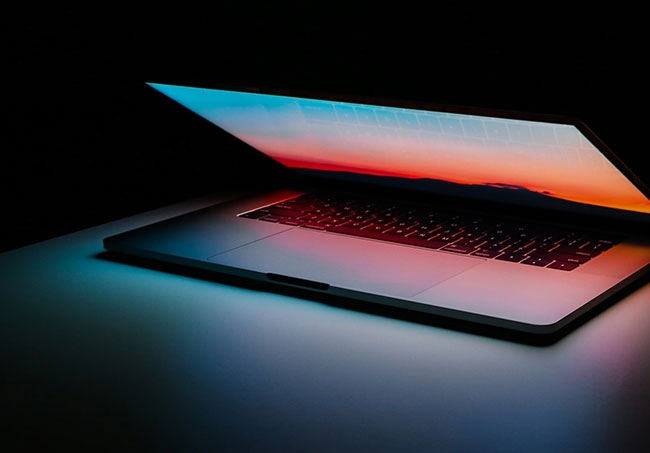 Computer-dark-photo by-Ales-Nesetril-on-Unsplash